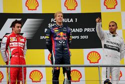 Podio: segundo lugar Fernando Alonso, Scuderia Ferrari, ganador de la carrera Sebastian Vettel, Red