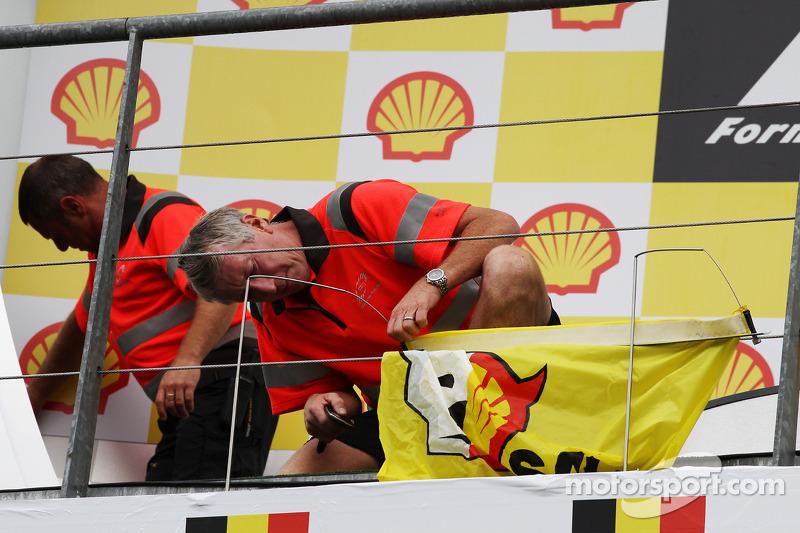 Een Shell-protest door Greenpeace wordt afgekapt