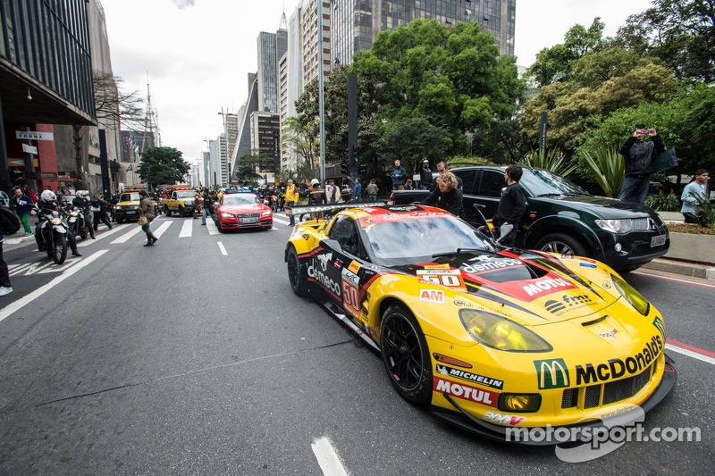 Parade de FIA WEC carros e pilotos no MASP