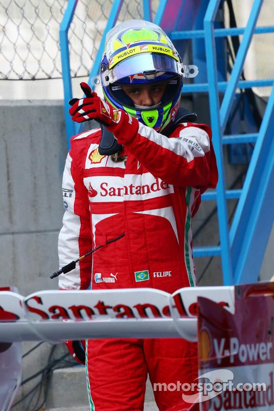 Felipe Massa, Ferrari F138, para após a saída do pit lane no final da primeira sessão de treinos