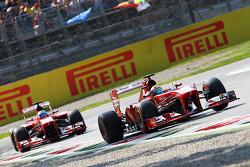 Felipe Massa, Ferrari F138, lidera seu companheiro de equipe Fernando Alonso