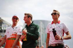 (Da esquerda para direita): Adrian Sutil, Sahara Force India F1, Giedo van der Garde, Caterham F1 Team, e Max Chilton, Marussia F1 Team, no desfile dos pilotos