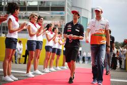 (L naar R): Daniel Ricciardo, Scuderia Toro Rosso en Paul di Resta, Sahara Force India F1 bij de rijdersparade