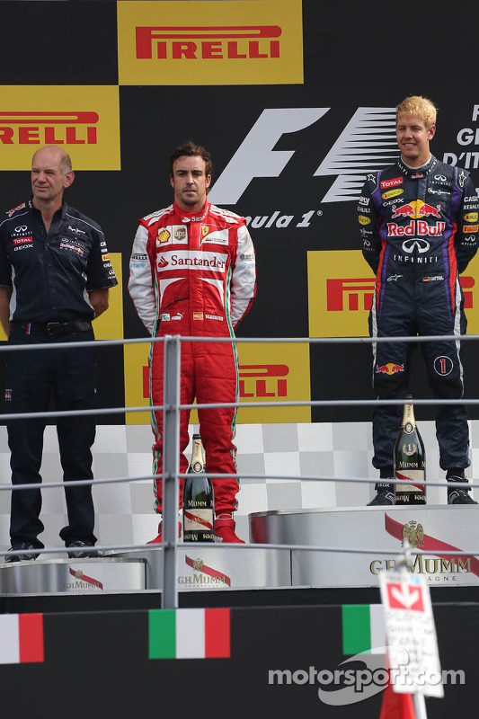 pódio: segundo colocado Fernando Alonso, Scuderia Ferrari, vencedor Sebastian Vettel, Red Bull Racing e terceiro colocado Mark Webber, Red Bull Racing
