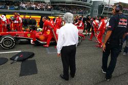 Bernie Ecclestone, CEO Formula One Group, kijkt naar Felipe Massa, Ferrari F138 op de grid