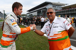 (L naar R): Paul di Resta, Sahara Force India F1 met Dr. Vijay Mallya, Eigenaar Sahara Force India F1 op de grid