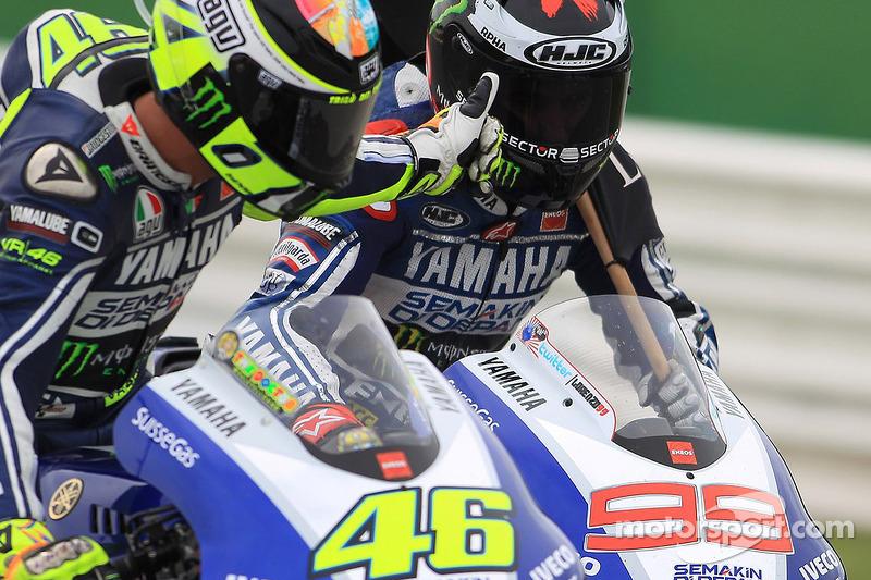 Валентино Росси и Хорхе Лорнецо. ГП Сан-Марино, воскресенье, после гонки.
