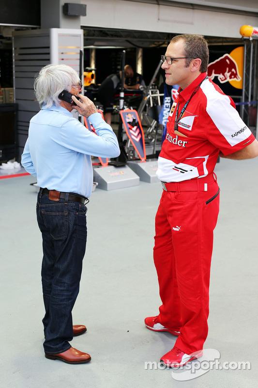 Bernie Ecclestone, CEO do Formula One Group, com Pasquale Lattuneddu, da FOM