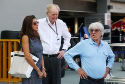 Bernie Ecclestone, CEO Formula One Group, met Ron Walker, Chairman of the Australian GP Corporation en verloofde Fabiana Flosi (BRA)