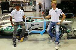 Lewis Hamilton, Mercedes AMG F1 y Nico Rosberg, Mercedes AMG F1 porcionando el Blackberry Messenger