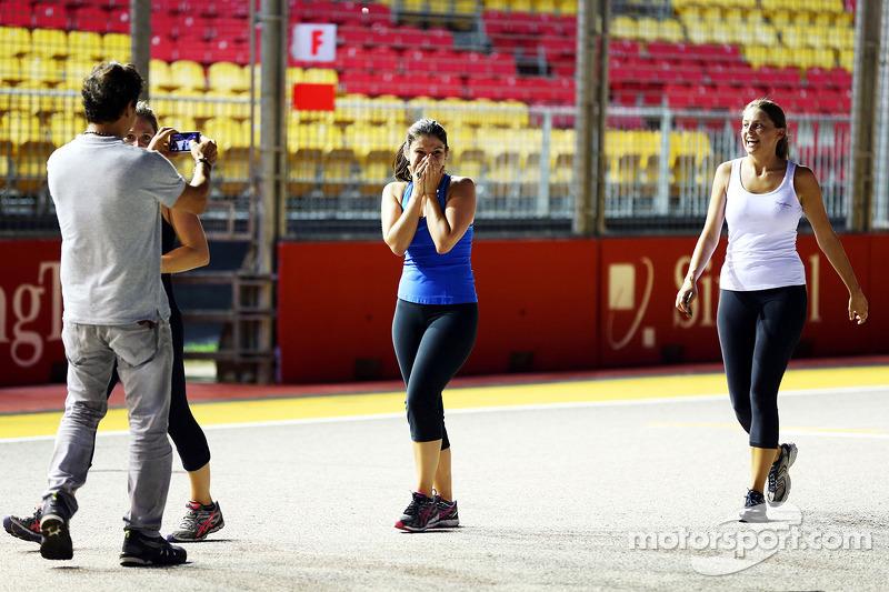 Een Red Bull Racing-werknemer ziet het huwelijksaanzoek van een Lotus F1 Team-crewlid