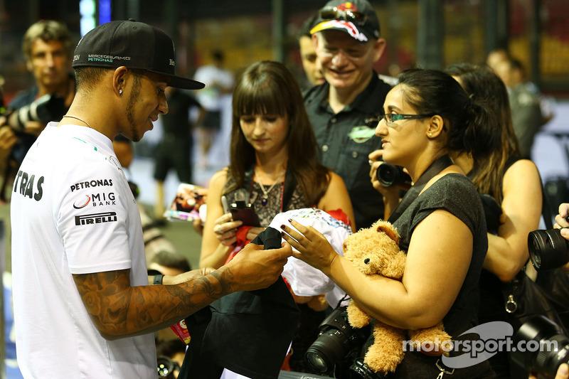 Lewis Hamilton, Mercedes AMG F1 con fans