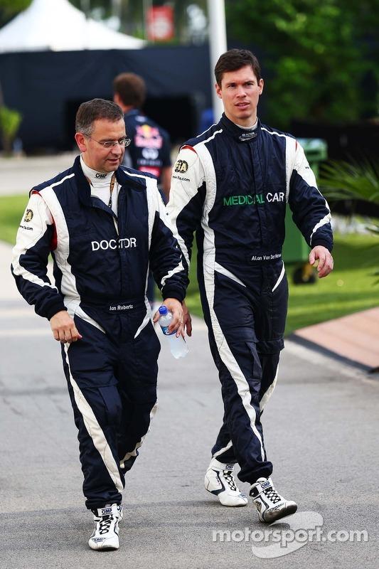 Dr. Ian Roberts, médico da FIA, com Alan Van Der Merwe, piloto do Medical Car