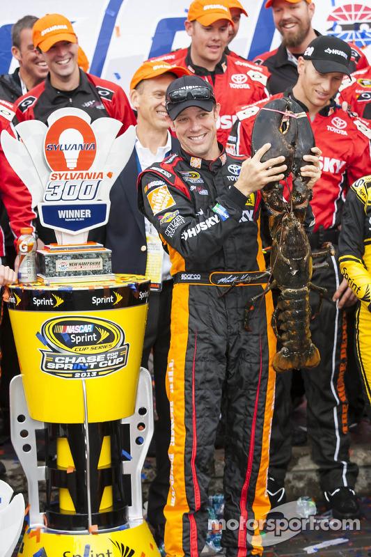 O vencedor Matt Kenseth, Joe Gibbs Racing Toyota com o Loudon lobster
