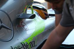 Lewis Hamilton, Mercedes AMG F1 W04 con pintura de flujo en la cubierta del motor