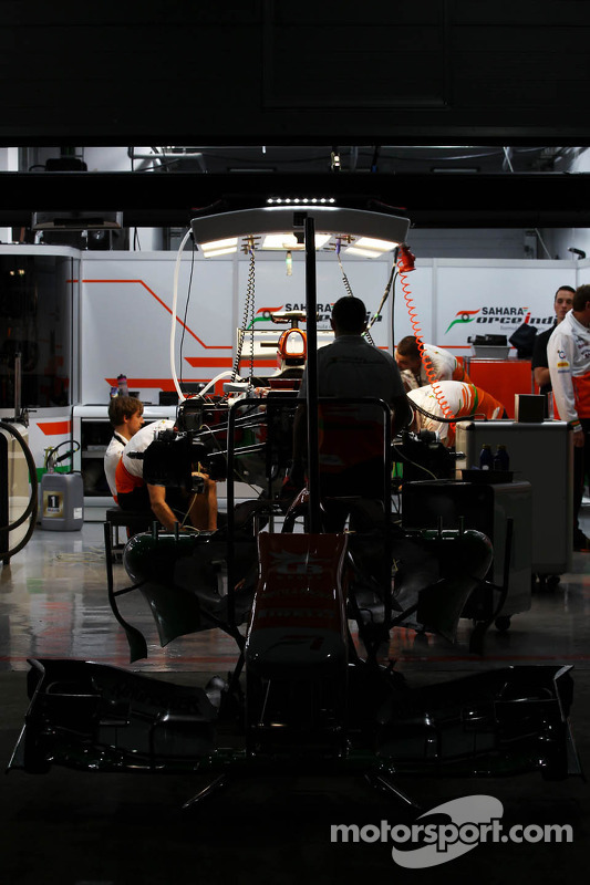 Sahara Force India F1 Team garagem à noite