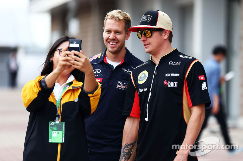 (L naar R): Sebastian Vettel, Red Bull Racing en Kimi Raikkonen, Lotus F1 Team gaan op de foto met e