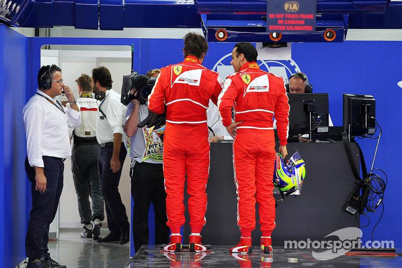 (L naar R): Fernando Alonso, Ferrari en Felipe Massa, Ferrari in parc ferme