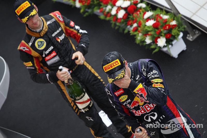 O vencedor Sebastian Vettel, Red Bull Racing comemora no pódio com terceiro colocado Romain Grosjean