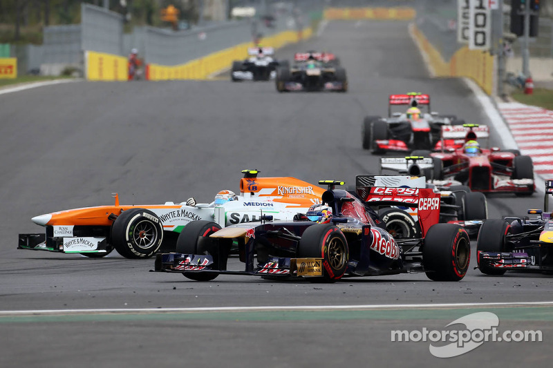 Adrian Sutil, Sahara Force India F1 Team spint bij de herstart en raakt Mark Webber, Red Bull Racing