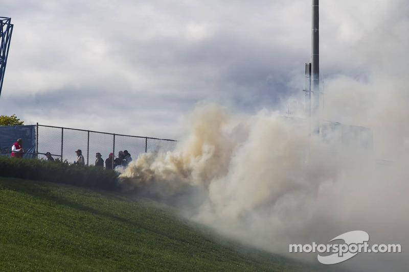 Brand in het gras op het circuit