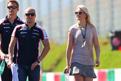 Valtteri Bottas, Williams caminha no circuito com namorada Emilia Pikkarainen, Nadadora e the team
