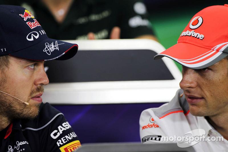 (L naar R): Sebastian Vettel, Red Bull Racing en Jenson Button, McLaren bij de FIA-persconferentie