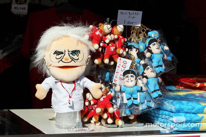 Bernie Ecclestone, CEO Formula One Group, handpop bij de merchandise stand