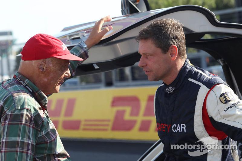 (L naar R): Niki Lauda, Mercedes Non-Executive Chairman met Bernd Maylander, Bestuurder FIA Safety C