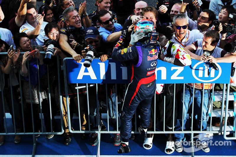 Ganador de la carrera Sebastian Vettel, Red Bull Racing celebra en parc ferme