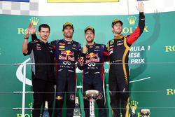 Mark Webber, Red Bull Racing, segundo; Sebastian Vettel, Red Bull Racing, vencedor; Romain Grosjean, Lotus F1 Team, terceiro