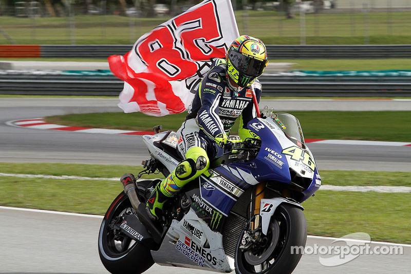 Valentino Rossi, Yamaha Factory Racing con una bandera en recuerdo de Marco Simoncelli