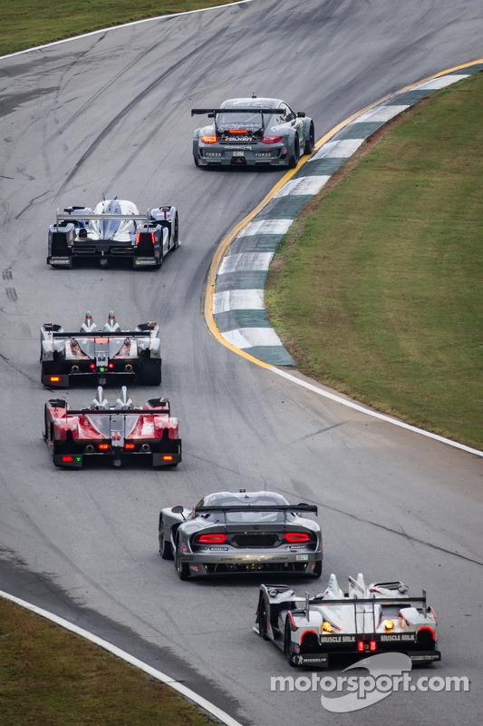 #17 Team Falken Tire Porsche 911 GT3 RSR: Bryan Sellers, Wolf Henzler, Nick Tandy lidera o pelotão