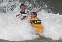 Pilotos têm o divertimento no sol e no surf