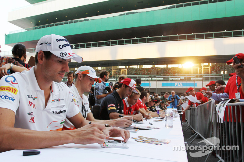 Adrian Sutil, Sahara Force India F1 en Paul di Resta, Sahara Force India F1 signeren voor de fans
