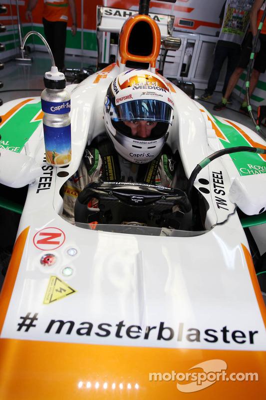 Adrian Sutil, Sahara Force India VJM06, carregando a hashtag #masterblaster como tributo ao jogador de crickert Sachin Tendulkar, que recentemente anunciou sua aposentadoria