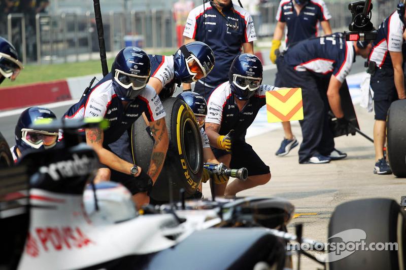 Valtteri Bottas, Williams FW35 practices a pit stop