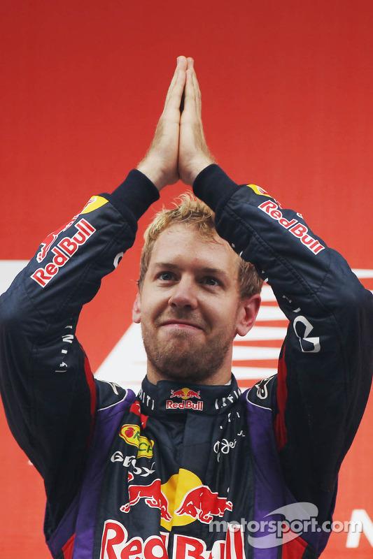 O vencedor e World Champion Sebastian Vettel, Red Bull Racing comemora no pódio