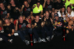 O vencedor e World Champion Sebastian Vettel, Red Bull Racing comemora with, Red Bull Racing Team Manager; Dr Helmut Marko, Red Bull Motorsport Consultant; Adrian Newey, Red Bull Racing Chief Technical Officer; Christian Horner, Red Bull Racing Team