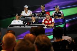 Adrian Sutil, Sahara Force India F1; Romain Grosjean, Lotus F1 Team; Valtteri Bottas, Williams; Lewis Hamilton, Mercedes AMG F1; Sebastian Vettel, Red Bull Racing; Fernando Alonso, Ferrari en la conferencia de prensa