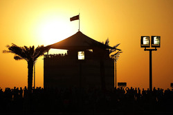 Le soleil s'élève au dessus du circuit