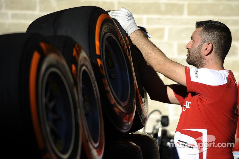 Een Ferrari-medewerker met Pirelli-banden