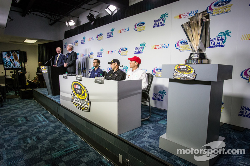 Persconferentie titelfavorieten: Jimmie Johnson, Hendrick Motorsports Chevrolet, Matt Kenseth, Joe Gibbs Racing Toyota en Kevin Harvick, Richard Childress Racing Chevrolet
