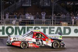O vencedor Kyle Busch e Campeão da NASCAR Camping World Truck Series Matt Crafton comemoram