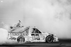 Campeão da NASCAR Camping World Truck Series Matt Crafton comemora