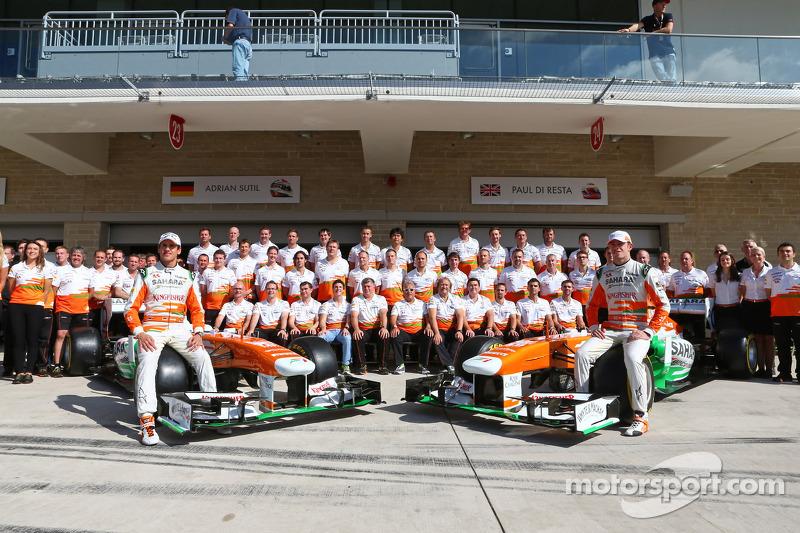 (L naar R): Adrian Sutil, Sahara Force India F1 en teamgenoot Paul di Resta, Sahara Force India F1 op de foto met het team