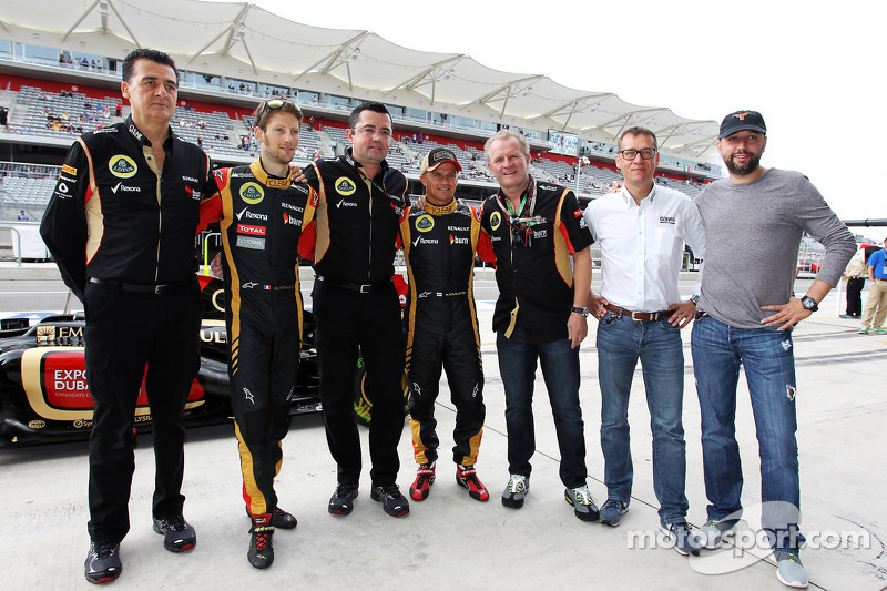 (L naar R): Romain Grosjean, Lotus F1 Team met Eric Boullier, Teambaas Lotus F1; Heikki Kovalainen, Lotus F1 Team; Eric Lux, Genii Capital CEO en Gerard Lopez, Genii Capital op een teamfoto