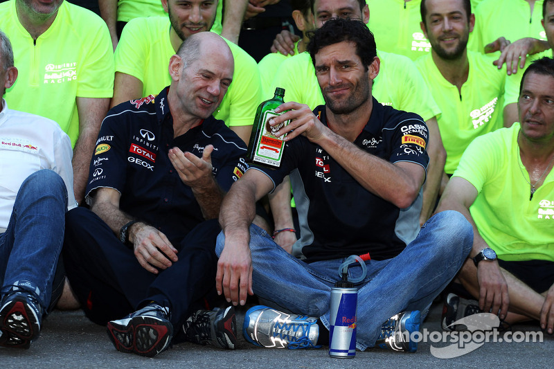 (L naar R): Adrian Newey, Red Bull Racing Chief Technical Officer geeft de fles Jagermeister door aan Mark Webber, Red Bull Racing tijdens het teamfeest