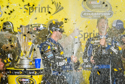 Championship victory lane: NASCAR Sprint Cup Series 2013 kampioen 2013 Jimmie Johnson, Hendrick Motorsports Chevrolet viert feest met champagne