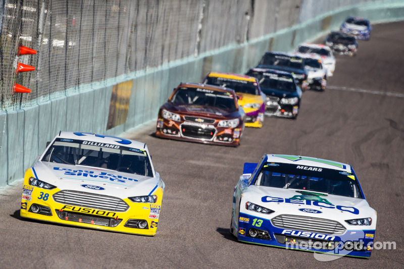 David Gilliland, Front Row Motorsports Ford en Casey Mears, Germain Racing Ford